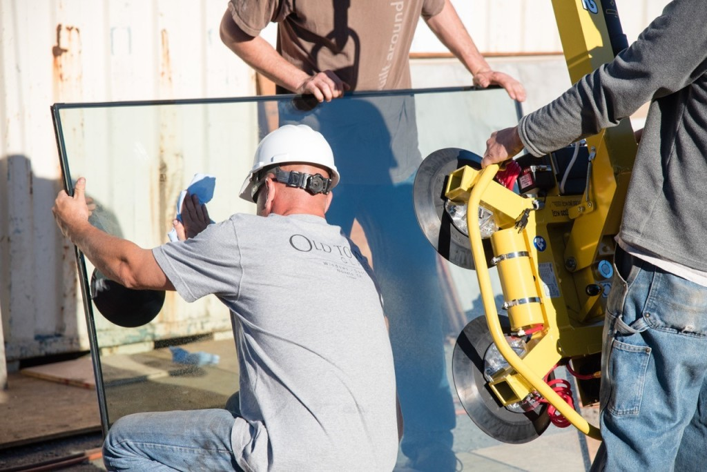 Old Town Glass Crew using a Spydercrane and Suction Cup Rig to Install Glass